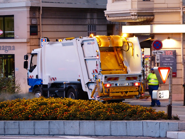 Serviço público de limpeza urbana e de manejo de resíduos sólidos urbanos.