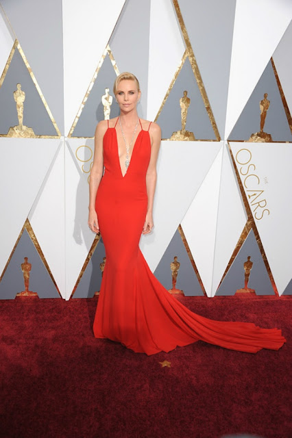 Шарліз Терон в насиченому червоному платті Christian Dior Couture