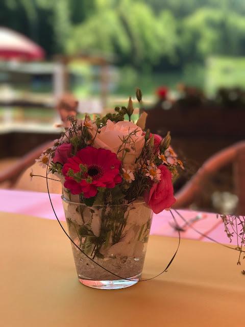 Tischblumen für die Kaffeetafel, Maigrün, Pink, Frühlingshochzeit in den Bergen am See, Hochzeitshotel Riessersee Hotel Garmisch-Partenkirchen, heiraten in Bayern, Hochzeitsplanerin Uschi Glas