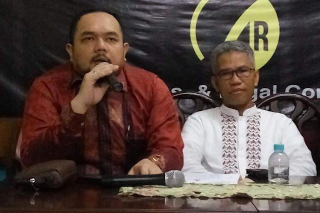 Aldwin Rahardian bersama Buni Yani saat menggelar konfrensi pers di kawasan Jatipadang, Jakarta Selatan
