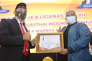 Gubernur dan Ketua KONI Sultra Terima Muaythai Award