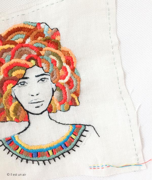 Femme brodée à la coiffure afro