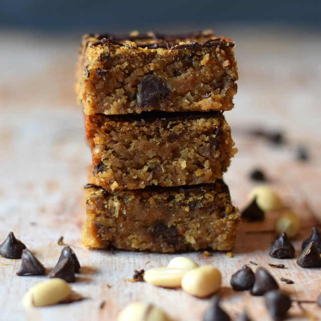Vegan blondies with peanut butter and dark chocolate