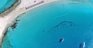 Η κορυφαία παραλία με τους αμμόλοφους, λάμπει από ψηλά. Από που πήρε το όνομα της η εξωτική παραλία
