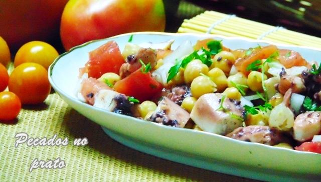 Salada de pota com grão de bico e tomate