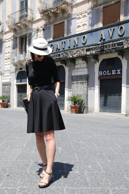 novamoda travels, travel, mała czarna, classy, classy in the city, summer style, sukienka, kapelusz panama, zwiedzanie miasta, klasyka, klasycznie, sukienka idealna, moda po 40 ce, kobiety, styl życia, blog podróże, travel blog, sycylia, włochy, wakacyjna sukienka