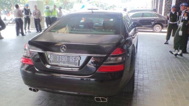 Mercedes Benz S-600 Pullman Guard hitam yang dipakai Jokowi