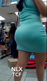 Hermosa mujer con caderas anchas en vestido entallados