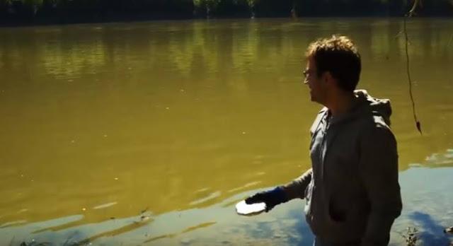 رجل يرمي قطعة صوديوم كبيرة في بحيرة.. شاهدوا ماذا حدث في البحيرة !