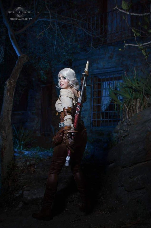 Sumyuna con su cosplay de Ciri en The Witcher III