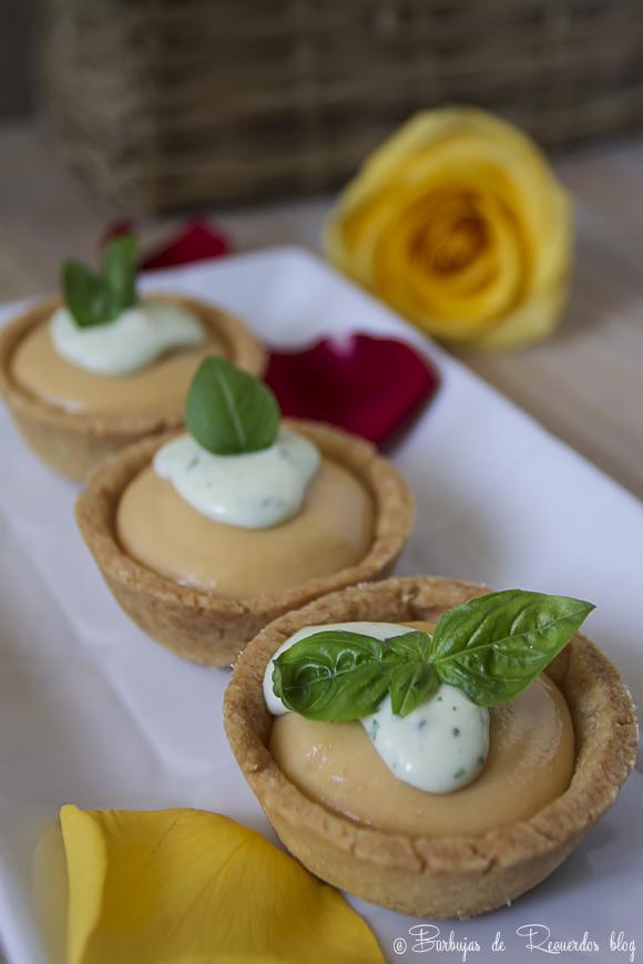 Mini tartaletas de melocotón y agua de rosas con crema de albahaca