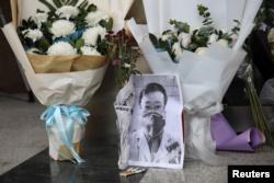 Al doctor Li Wenliang le han rendido honores por el riesgo que corrió en tratar de atender a los enfermos de la mortal epidemia / REUTERS