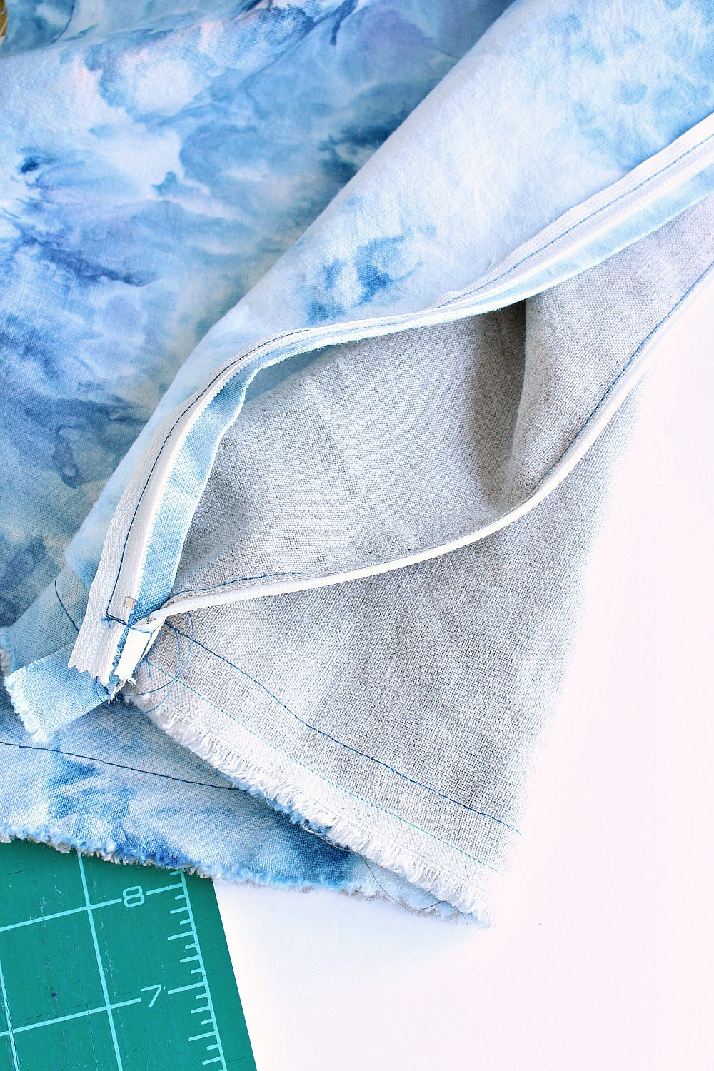 How to sew a pillow with a flapped zipper | @danslelakehouse