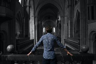 Persoană într-o biserică goală - foto de Kai Dahms - unsplash.com