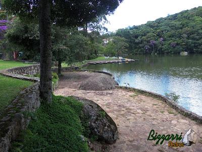 Construção de lagos com vários muros de pedra rústica. No passeio em volta do lago, entre um muro de pedra e outro, o piso com pedras rústicas cacão de São Carlos.