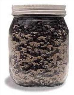 campuran antara kerikil dan butiran pasir di dalam sebuah toples