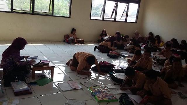 Belum Ada Solusi dari Pemerintah Terkait Anak Sekolah Belajar di Lantai