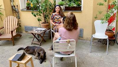 Frauen, Sitzgelegenheiten, Hund am Boden