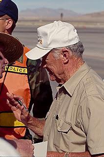 WWII Veteran und Testpilot Charles Chuck E. Yeager.