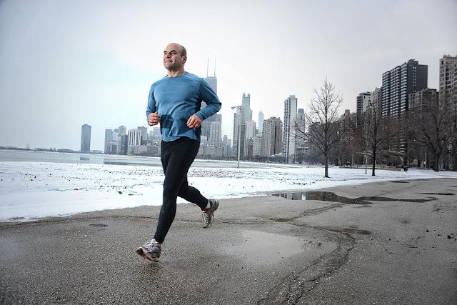 Seorang pria sedang berlari untuk menjaga kebugaran jasmani