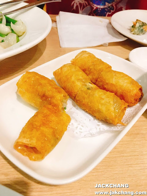 Deep fried shrimp rolls in bean curd pastry