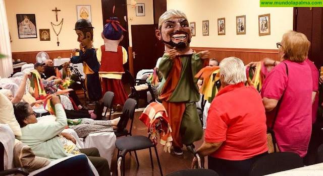 Los cabezudos del Diablo visitan a pequeños y mayores de Tijarafe