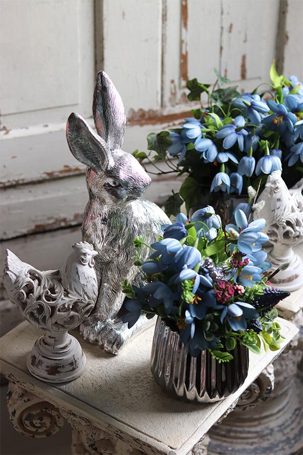 Wielkanocne dekoracje kwiatowe i piękne figurki