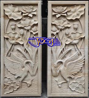 Relief bangau dan pemandangan bunga lotus di buat dari batu alam paras jogja atau batu putih