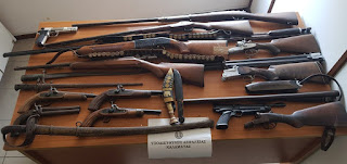 ΣΥΛΛΗΨΗ στην Καλαμάτα με ξιφολόγχες, σπάθα, πιστόλες, πολεμικά τυφέκια