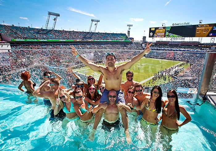 Pool at Jacksonville Stadium, Florida, USA, which can be rented for $ 12,500. This amount includes 50 seats, plus unlimited drinks and snacks.