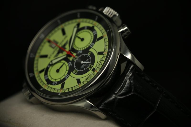 Как уже было отмечено, в часах стоит модификация калибра - калибр на 25 камнях, хронограф с ручным заводом, без стоп секунды с дополнительным часовым индикатором.