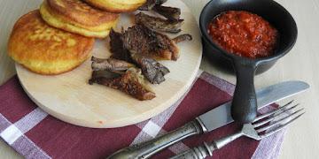 Kefirowe placuszki kukurydziane z boczniakami i ostrą pastą z papryki