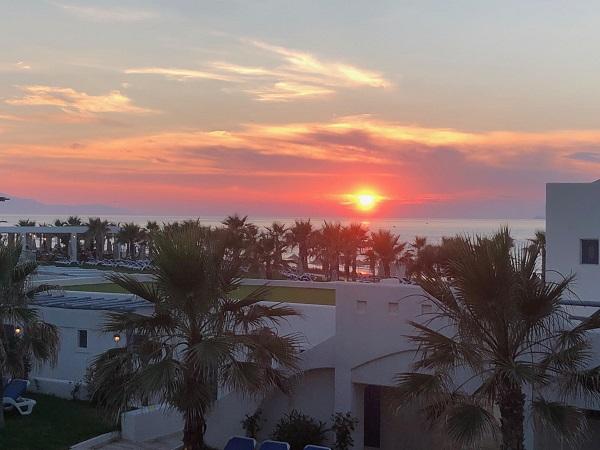 Die Sonne geht unter am Horizont über Lyttos Beach, nahe Heraklion