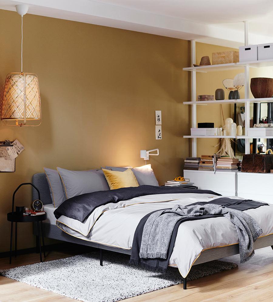 catalogo ikea 2020 dormitorio ocre y gris con lámpara de fibras naturales