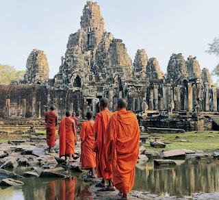 Procesión de monjes de camino a Angkor Wat.