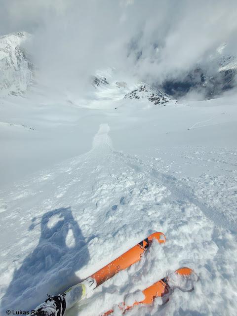 Lockerschneelawinen lösen sich meist spontan, lassen sich im extrem steilen Gelände aber auch sehr leicht durch Wintersportler auslösen. Nördliche Stubaier Alpen (Foto: 23.05.2021)