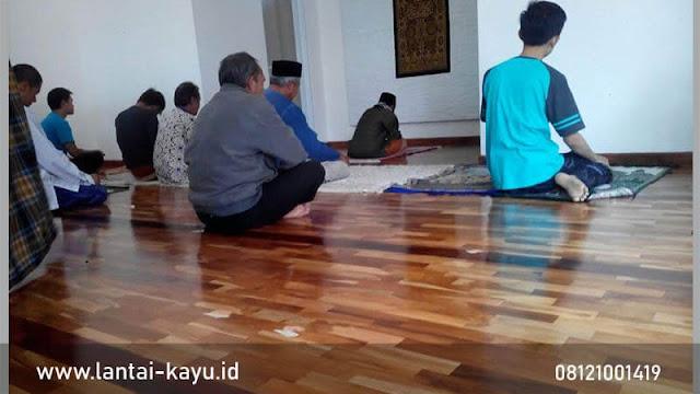 Pemasangan lantai kayu jati di rumah ibadah