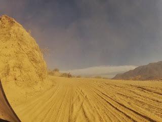 Pilotagem difícil nessa estrada de terra.