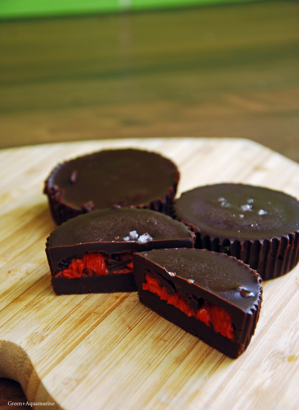Want to try peanut butter cups and a few variations? I have three healthy recipes for you! Try nut butter cups, tahini or goji berries. Via @eleanormayc