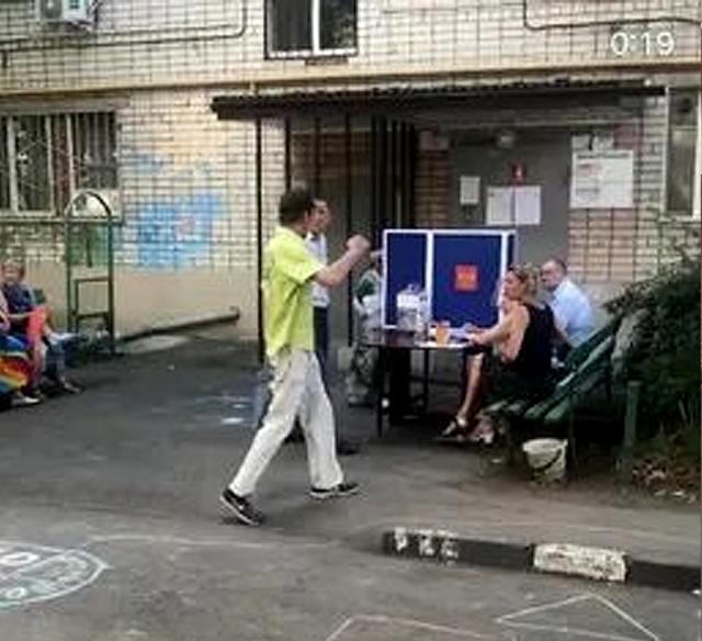 Краснодар  голосуют на лавочке перед подъездом