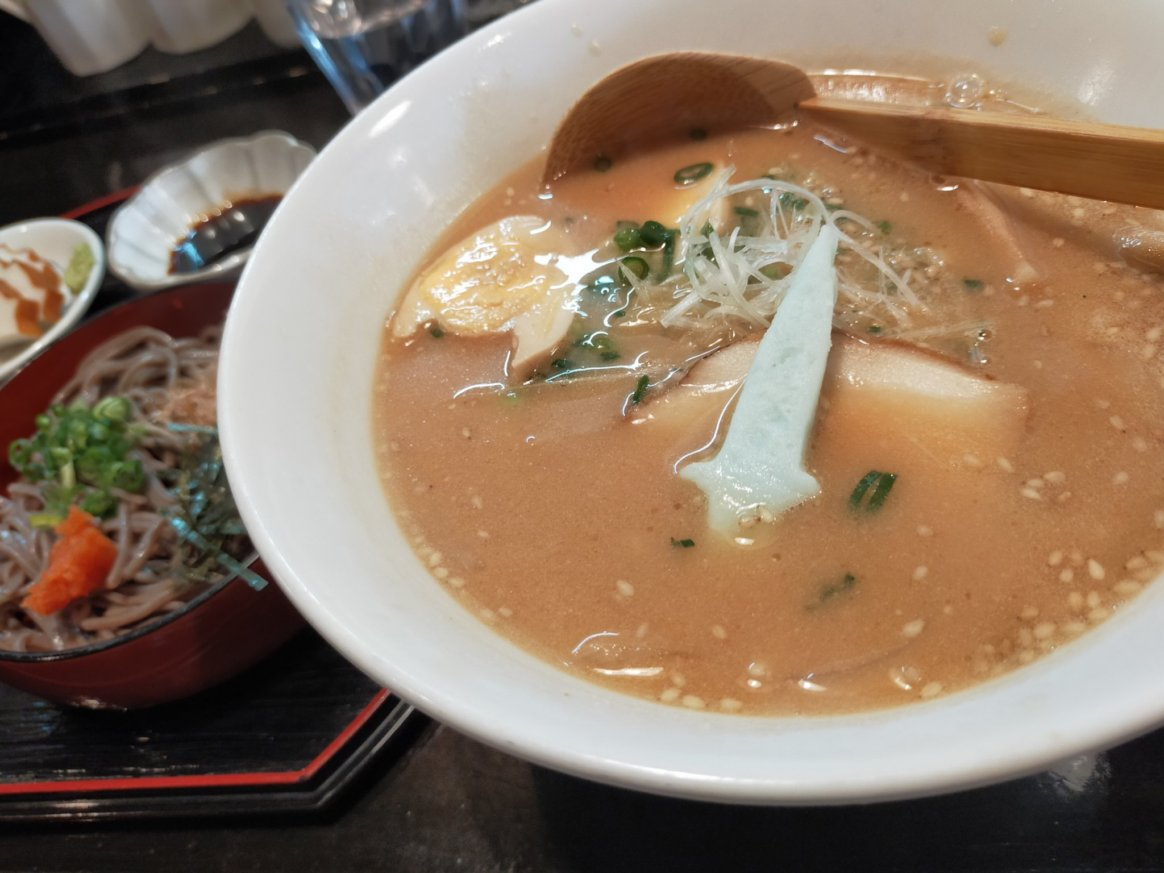 スサノオラーメン。味噌ベースの豚骨っぽさがあるスープです。