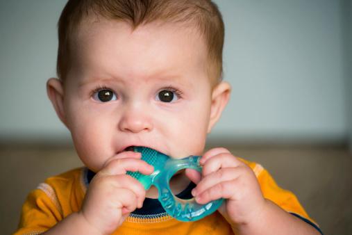 Penyebab bayi menggigit mainan