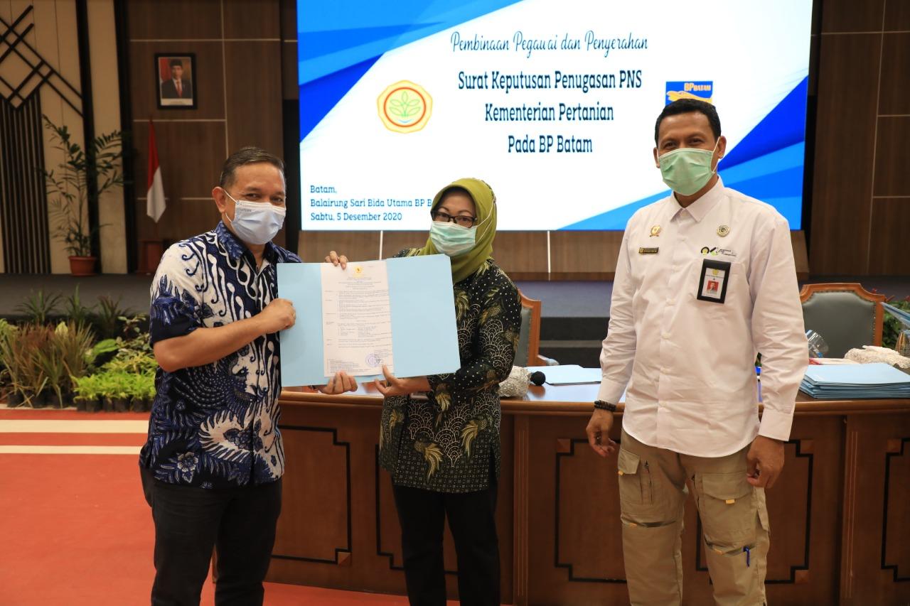 Kementan RI Serahkan Surat Keputusan Penugasan PNS Kepada 69 Pegawai BP Batam
