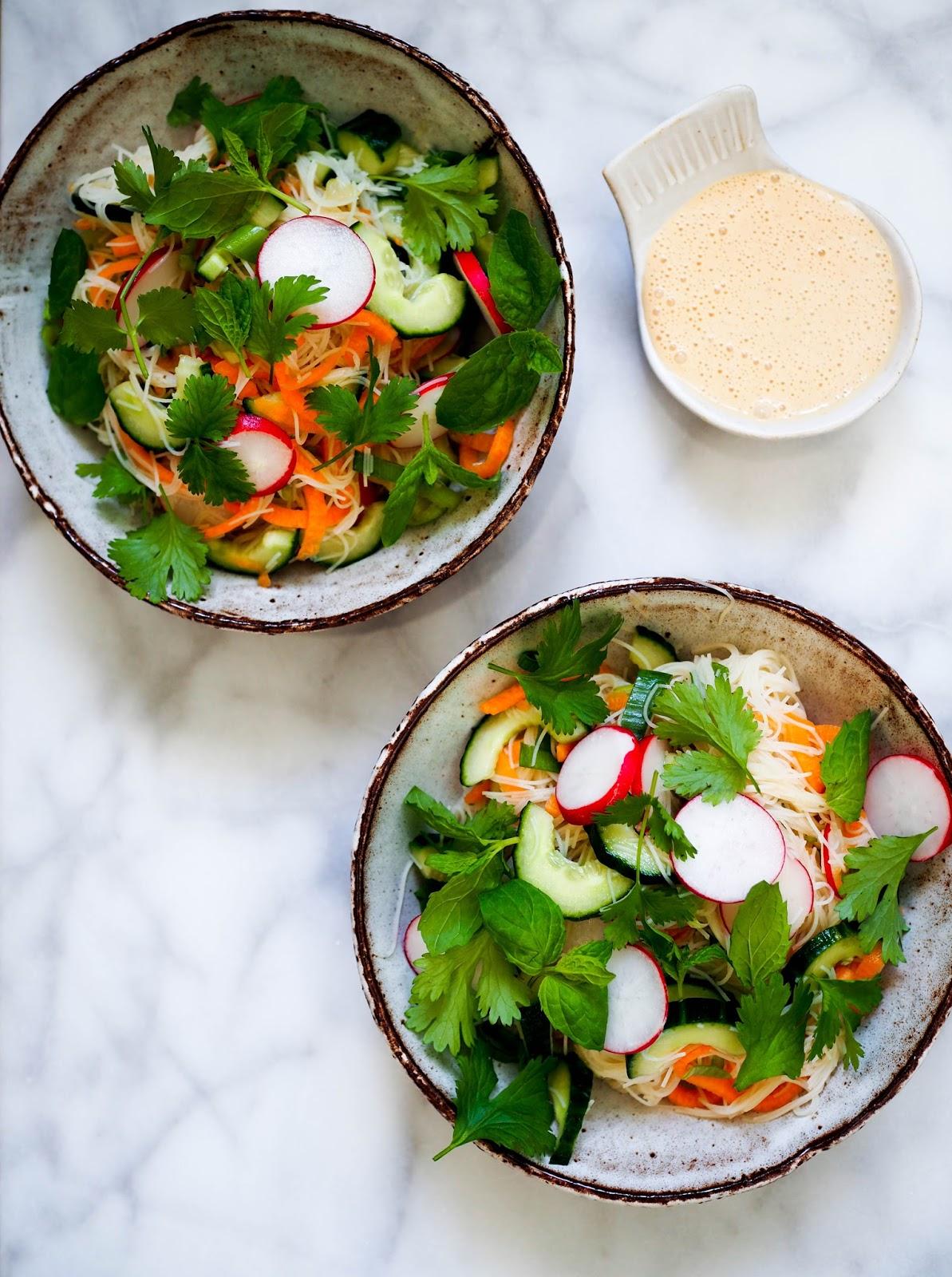 raikas nuudelisalaatti, kasvis-nuudelisalaatti, maapähkinäkookoskastike, aasialainen salaatinkastike