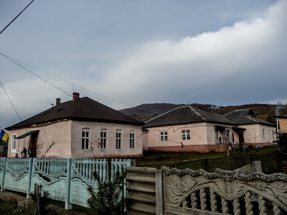 Гірські села Закарпаття: Павлово. Школа і дитячий садок