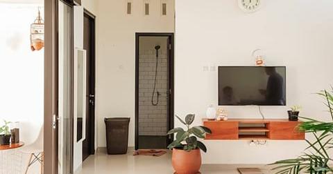 contoh desain ruang keluarga yang bagus warna cerah