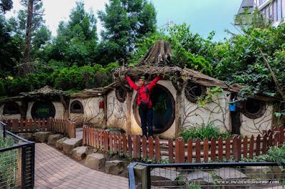 Ngenyot Ngedot Ngempeng Susu di Farmhouse Susu Lembang, Bandung rumah hobbit