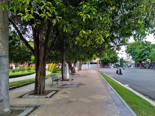 Duduk di bangku Taman Sri Gunting
