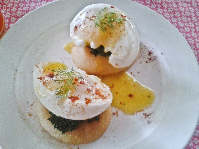 Egg Benedict with spinach on mufffin
