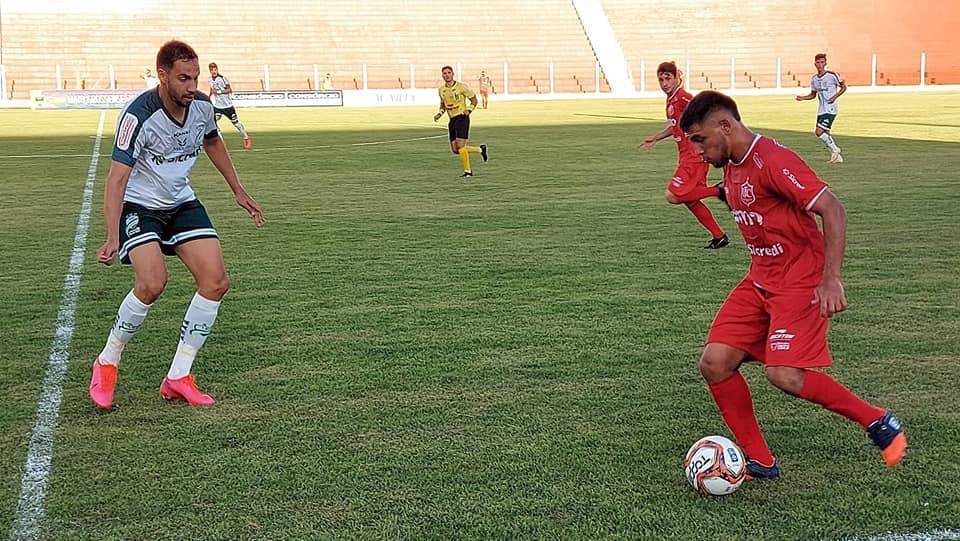 Atletas frente a frente em jogo de futebol no estádio Luthero Lopes em Rondonópolis